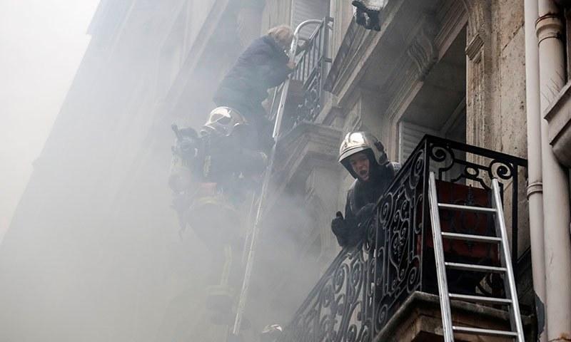 دھماکا وسطی پیرس میں ایک عمارت میں ہوا—فوٹو:اے ایف پی