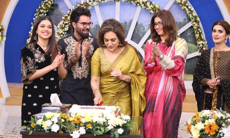 Bushra Ansari cuts a cake during the anniversary celebration of Hum TV's morning show with Sanam Jung (R), Yasir Hussain, Vaneeza Ahmed and Kubra Khan