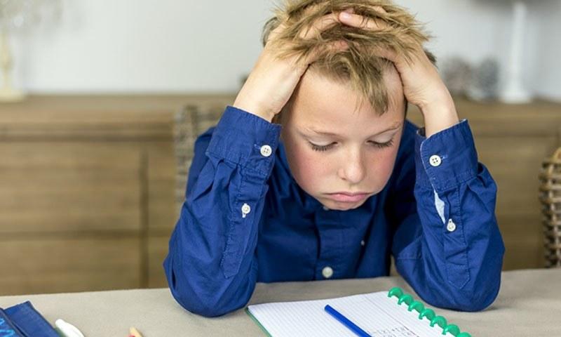 ہمیشہ زیادہ نمبر حاصل کرنے اور پوزیشن لینے کی دوڑ میں بچوں کی نفسیات پر انتہائی خطرناک اثرات مرتب ہوتے ہیں۔—تصویر شٹر اسٹاک