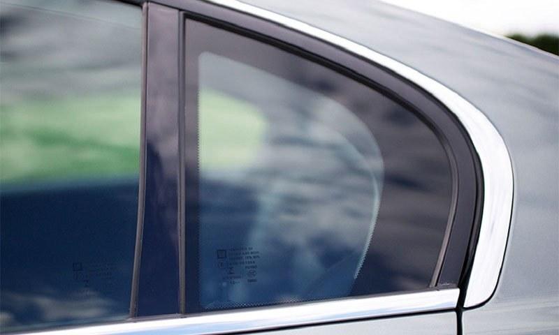 یہ کھڑکی  ہر گاڑی میں تو نہیں مگر بیشتر میں ضرور نظر آجاتی ہے— فوٹو بشکریہ سیف لائٹ ڈاٹ کام
