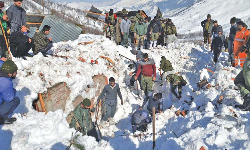Kulgam: Residents, along with security personnel, search for bodies of missing policemen after the avalanche hit a police post at Qazigund Jawahar tunnel here on Friday.—AFP