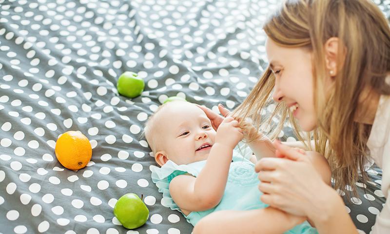 دراصل جب بچے کی پیدائش ہوتی ہے تو ماؤں میں اسٹروجن میں کمی ہونے لگتی ہے اور اسی لیے بال گرنا شروع ہوجاتے ہیں۔  — شٹر اسٹاک