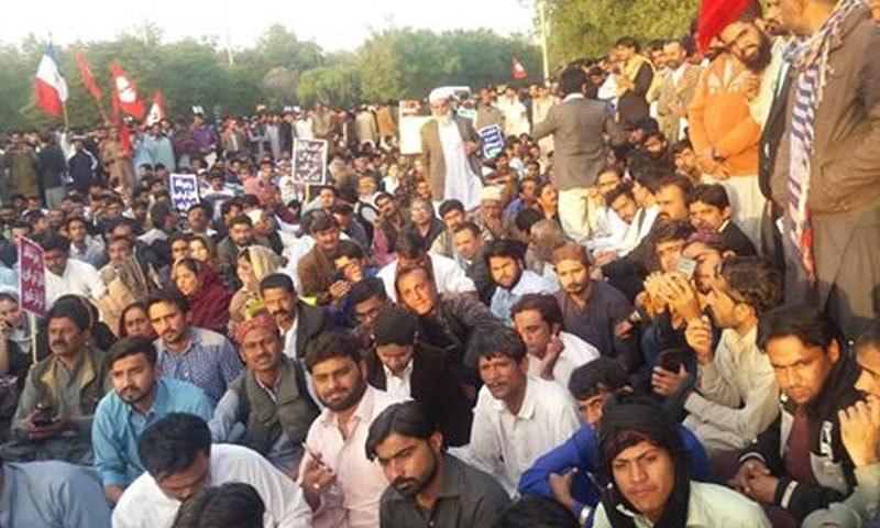 ارشاد رانجھانی کے قتل کےخلاف شاہراہ فیصل پر دھرنا دیا جارہا ہے — فوٹو: ٹویٹر