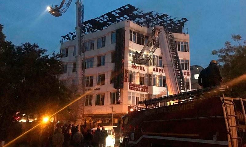 آتشزدگی سے ہوٹل کی بالائی منزل کو نقصان پہنچا — فوٹو: اے پی