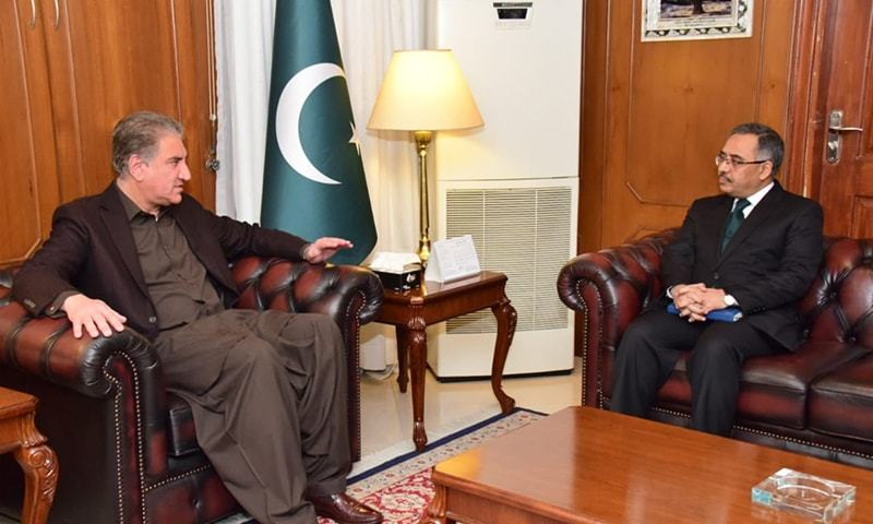 Foreign Minister Shah Mahmood Qureshi tells Pakistan's High Commissioner in India Sohail Mahmood about a letter he wrote to UN secretary general regarding Indo-Pak tensions. — Photo courtesy Radio
