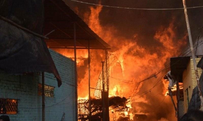 مقامی افراد نے پولیس پر مکانات کو آگ لگانے کا ذمہ دار قرار دیا— فوٹو:ٹویٹر