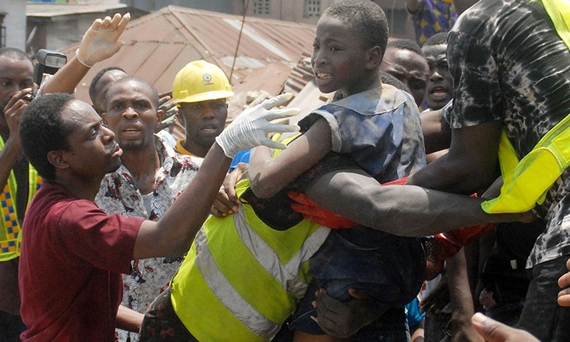 تقریباً 40 بچوں کو زندہ نکال لیا گیا—فوٹو: اے ایف پی