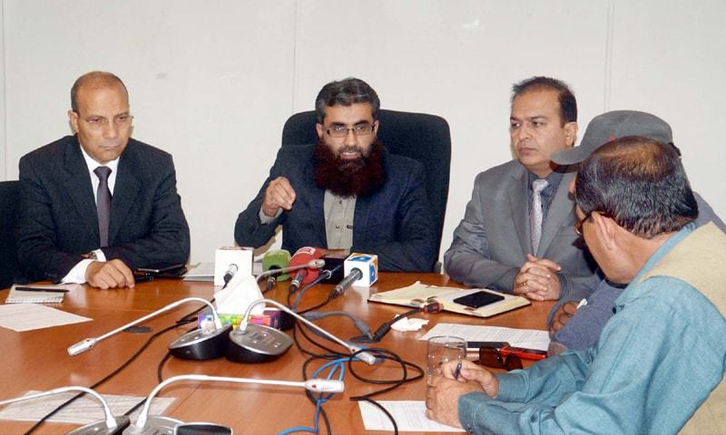 QUETTA: Balochistan Polio Emergency Centre coordinator Rashid Razzaq, along with other officials, addresses a press conference on Thursday.—PPI
