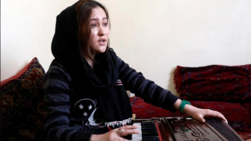 Zahra Elham, 18, an Afghan singer practices in Kabul, Afghanistan — Photo: Mohammad Ismail/ REUTERS
