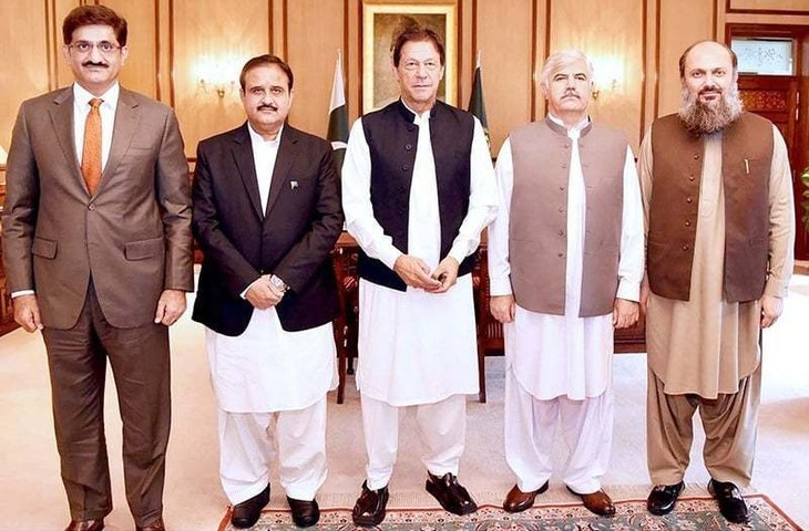 Prime Minister Imran Khan in a group photo with Chief Minister Sindh Syed Murad Ali Shah, Chief Minister Punjab Sardar Usman Buzdar, Chief Minister Khyber Pakhtunkhwa Mehmood Khan and Chief Minister Balochistan Jam Kamal Khan at PM Office. — APP/File