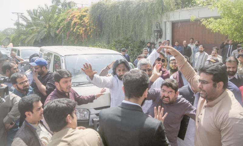 LAHORE: Pakistan Muslim League-Nawaz workers protest in front of the National Accountability Bureau officers outside Shahbaz Sharif's residence on Friday.— Aun Jafri / White Star