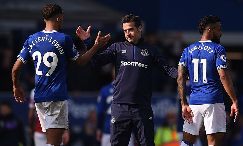 Everton's Portuguese manager Marco Silva (C) congratulates his player following the English Premier League football match between Everton and Arsenal at Goodison Park in Liverpool, north west England on April 7, 2019.   — AFP