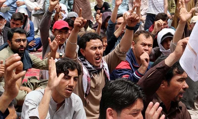 مظاہرین نے مطالبات کی منظوری تک دھرنا ختم نہ کرنے کا مطالبہ کردیا— فوٹو: رائٹرز