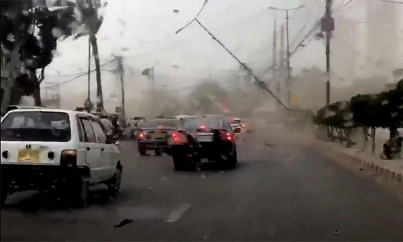تیز ہواؤں اور گردوغبار کی وجہ سے شہر میں متعدد مقامات پر درخت اور بجلی کے کمبے اُکھڑ گئے — فوٹو بشکریہ ٹوئٹر