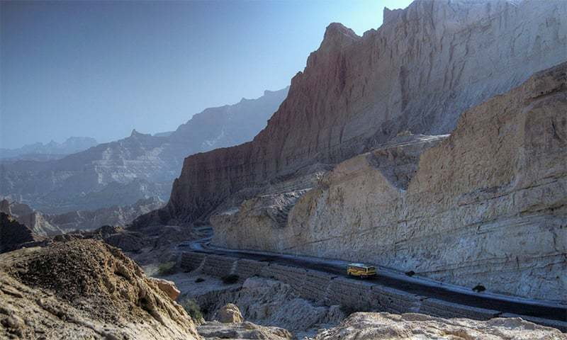 Buzi Pass Makran Coastal Highway. ─ Wikimedia Commons