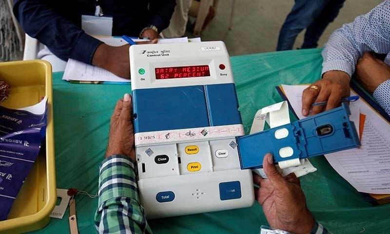 بھارت میں الیکٹرونک مشین کے ذریعے ووٹنگ کا آغاز 15 سال پہلے ہوا تھا—تصویر:رائٹرز