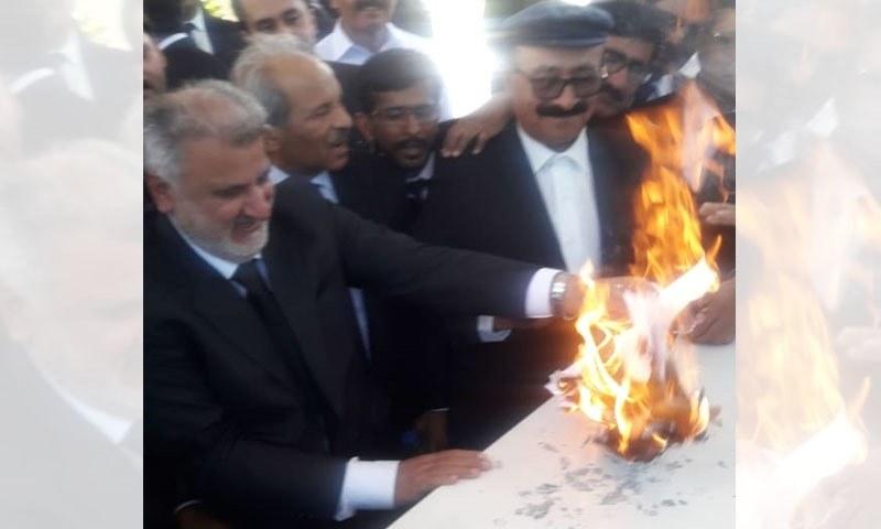 وکلا نے ریفرنس کی نقل کو آگ لگادی—فوٹو: حسیب بھٹی