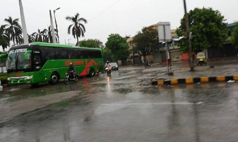 صبح سے مسلسل جاری بارش سے سڑکوں پر پانی جمع ہوگیا—تصویر: اسکرین گریب