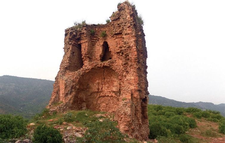 Built to deter foreign invaders, little remains of Nandna Fort today -  Newspaper - DAWN.COM