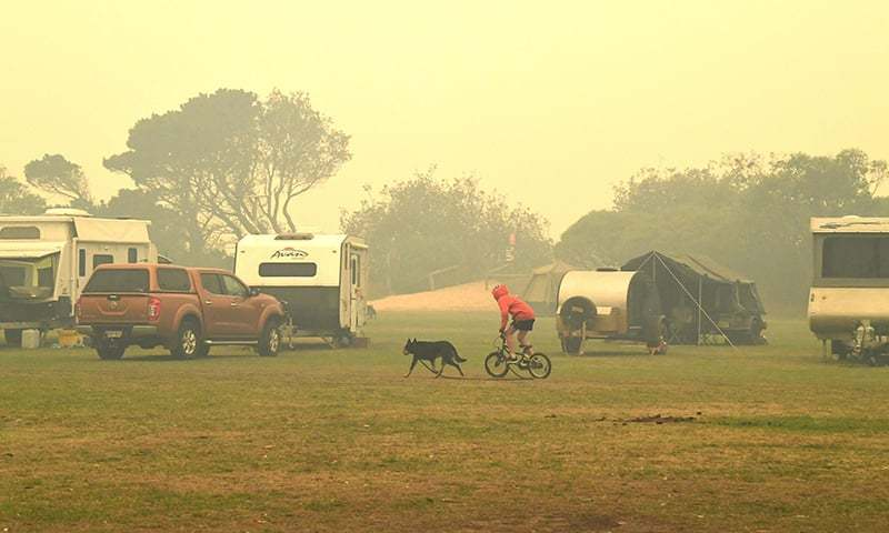 Australia's bushfire evacuees prepare for another night on the beaches