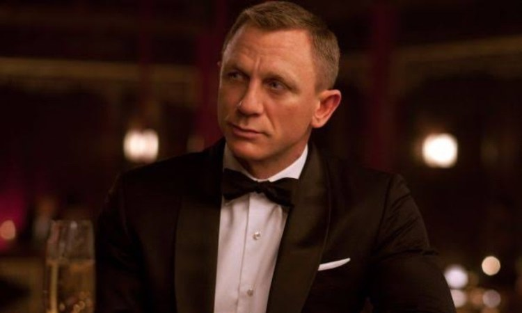 Bond can be any colour, but he is male. I believe we should be creating new characters for women, said Barbara Broccoli.