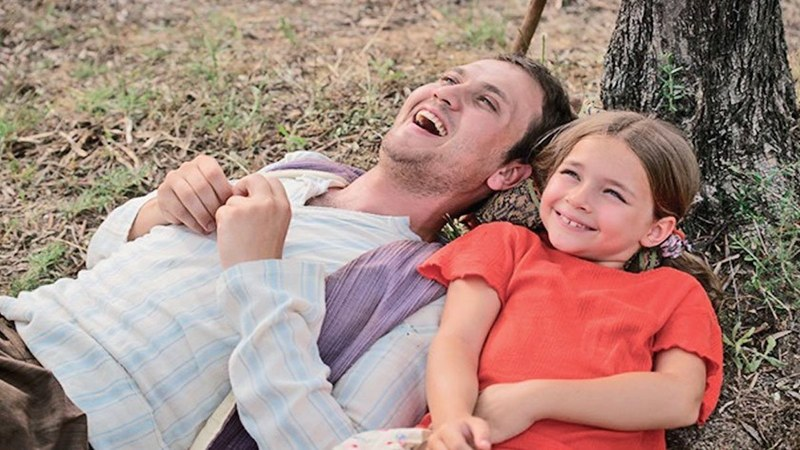 It is a story about the love between a mentally-ill father who is wrongly accused of murder, and his young daughter