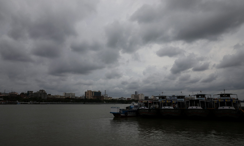 Tens of thousands evacuated as India, Bangladesh brace for super cyclone