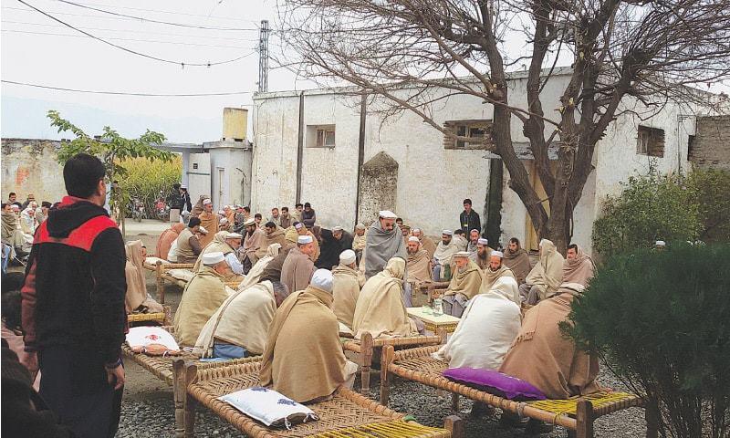 ضلع مردان کی تحصیل کاٹلنگ میں مقامی افراد انتقال پر تعزیت کے لیے حجرے میں جمع ہیں