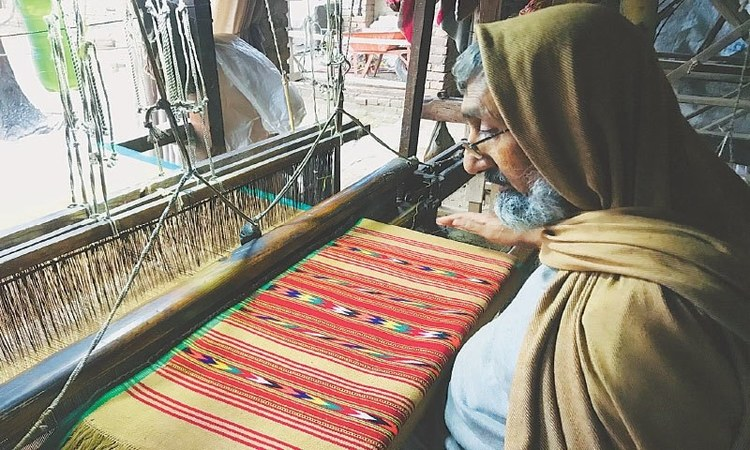 Gul Khan weaves a colourful shawl on his handloom | Photos by the writer