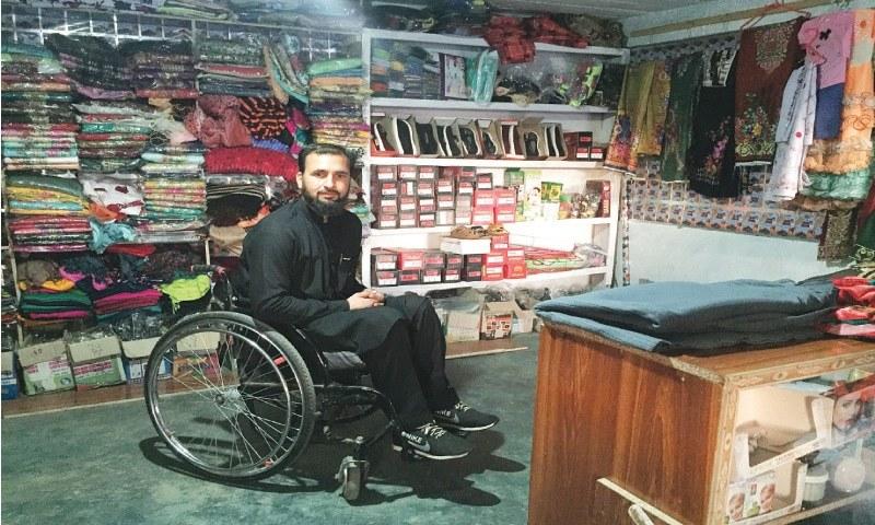 حسین علی عروسی جوڑوں کی دکان چلاتے ہیں