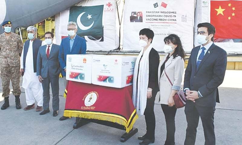 وزیراعظم کے معاون خصوصی برائے صحت ڈاکٹر فیصل سلطان چین سے آنے والی کورونا ویکسین کی کھیپ وصول کر رہے ہیں— تنویر شہزاد/وائٹ اسٹار