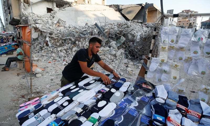بمباری کے باعث غزہ میں گھروں کے ساتھ ساتھ دکانیں بھی تباہ ہوئی — فوٹو: رائٹرز