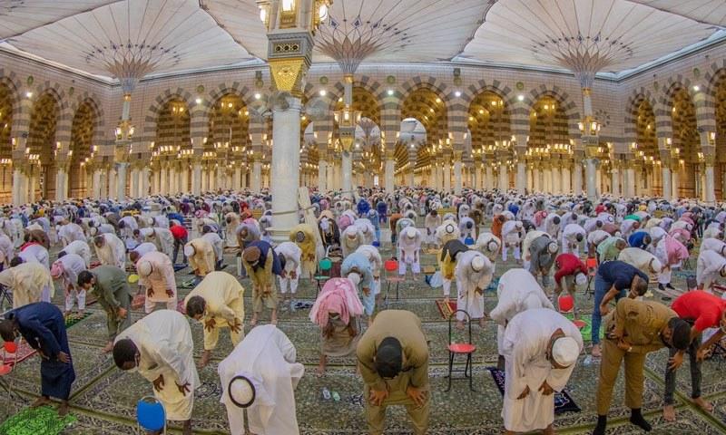 مسجد نبویﷺ میں نمازِ عید کی ادائیگی کا ایک منظر — تصویر: حرمین ٹوئٹر