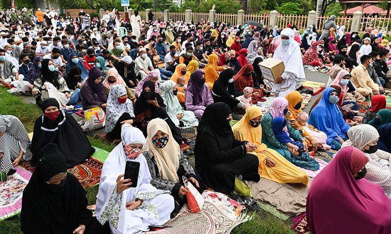 فلپائن میں بڑی تعداد میں خواتین نمازِ عید کی ادائیگی کے لیے موجود—تصویر: رائٹرز