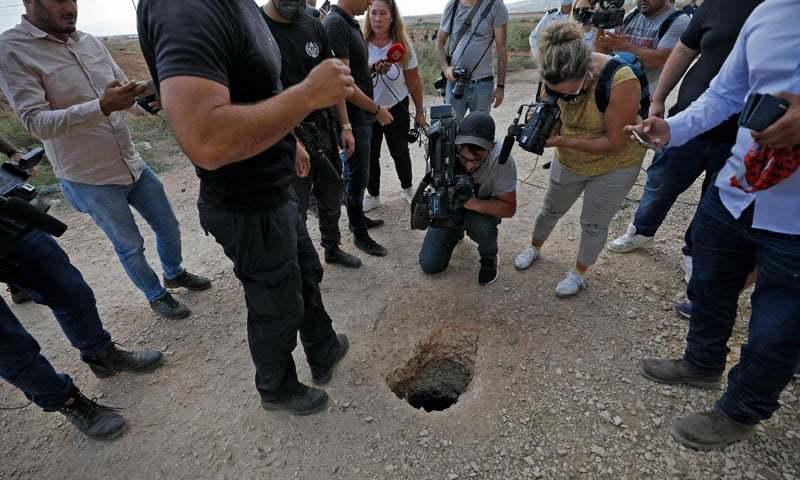 اسرائیلی پولیس اور میڈیا اس جگہ کے گرد جمع ہیں جہاں سے چھ قیدی سرنگ کھود کر فرار ہوئے— فوٹو: اے ایف پی