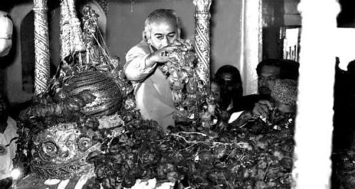 ZA Bhutto showering rose petals on the grave of Sufi saint, Data Ganj Bakhsh, in Lahore (1974).