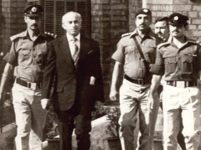 Bhutto being escorted back to prison from the Lahore High Court.