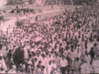 A mob gathers outside the Karachi University during the religious parties' movement against the Z A. Bhutto regime in April 1977.
