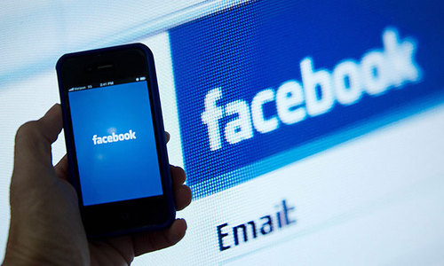 Brief Facebook outage prompts complaints on Twitter