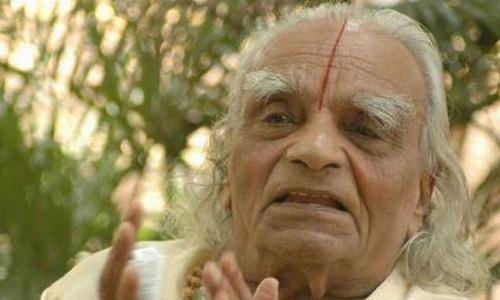 Iyengar yoga founder dies aged 95