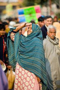 لاہور میں داتا دربار کے باہر ایک بے گھر ذہنی مریضہ — فوٹو سعد سرفراز