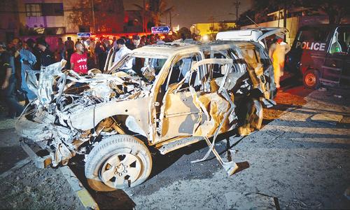 Blast hits Karachi police convoy