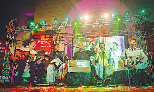 Artist on world tour for peace holds concert