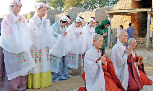 Buddhist monks offer special prayers for world peace