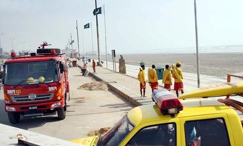 سمندری طوفان کے پیش نظر کراچی کے علاقے سی ویو میں فائربریگیئڈ اور ایمبولینس کو الرٹ رکھا گیا ہے— آن لائن فوٹو