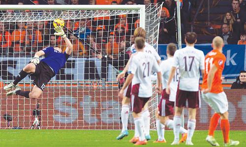 Dutch earn resounding win as Italy held