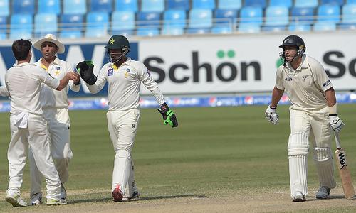 پاکستان کو میچ جیتنے کے لیے مزید 229 رنز درکار