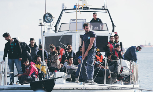 700 migrants rescued from drifting ship