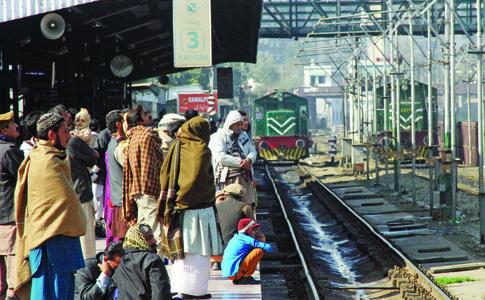اسٹیشن پر ٹرینوں کی آمد اور روانگی کے لمحات