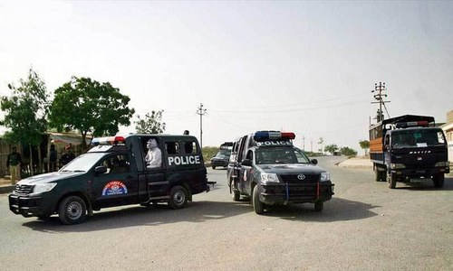 کراچی: پولیس بس پر بم حملہ،2ہلاک، 13 زخمی